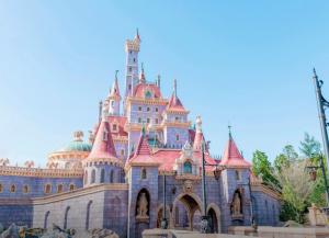 東京ディズニーランドの新エリア完成!『美女と野獣』の街並みが再現された『ニューファンタジーランド』など9月28日にオープン
