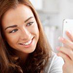 「大きすぎて口が閉まらない」イギリスの女性がAmazonで約500円で購入した人工歯をつけたら…全世界の人に笑いを届ける結果に